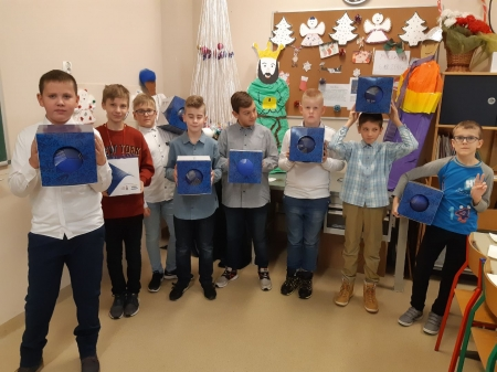 Uczniowie klasy 5d przekazali osiem piłek do siatkówki na ręce Pana Dyrektoro