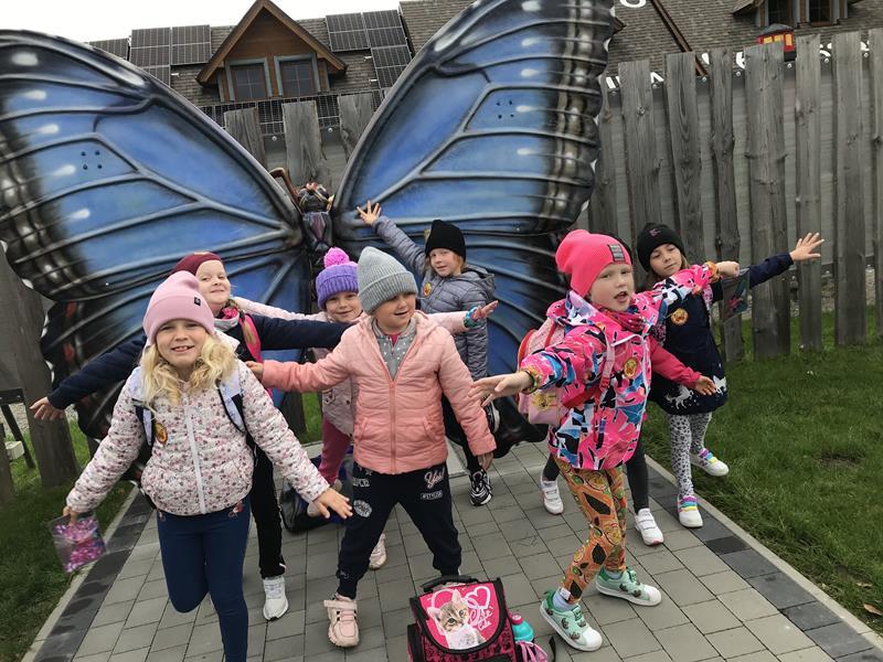 Klasa 1 b na wycieczce w ogrodzie motyli